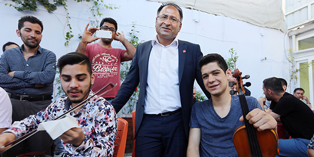 Purçu is pictured during an election campaign on May 4, promoting himself as a CHP's İzmir candidate in the run-up to parliamentary election slated for June 7. (Photo: Sunday's Zaman)